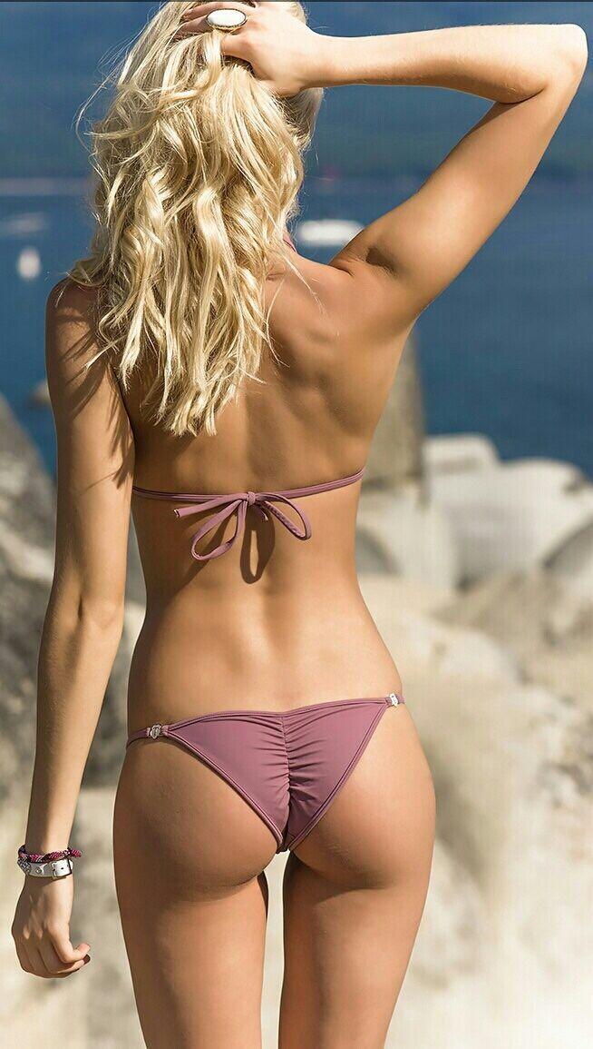 Babe bikini butt